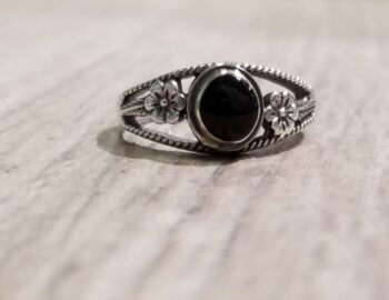 black onyx ring with flower details in size 6