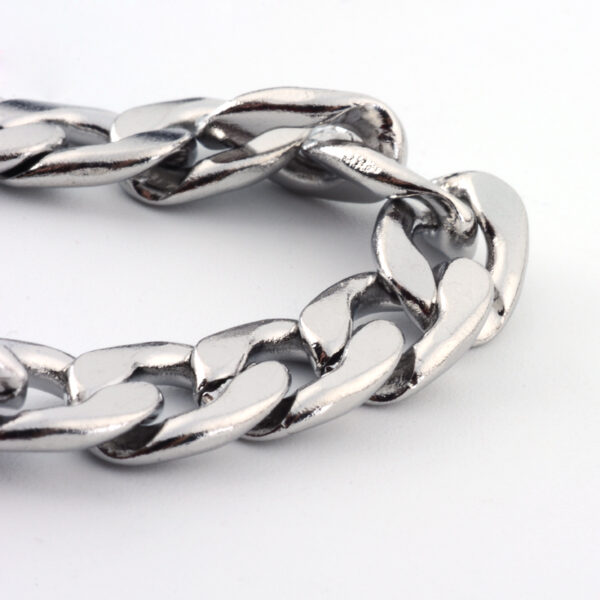 close up of 7 MM wide stainless steel curb link chain